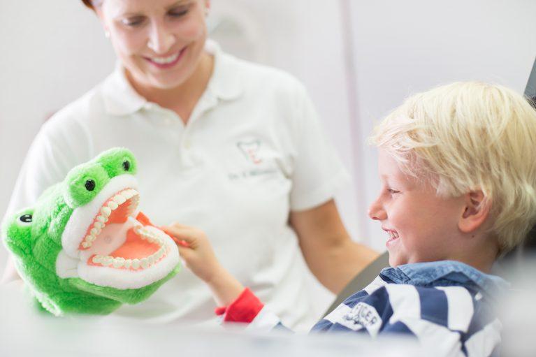Dr. Verena Mönnich lacht mit kleinem Patienten