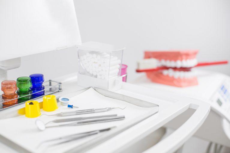 Steriles zahnmedizinisches Werkzeug auf Tablett