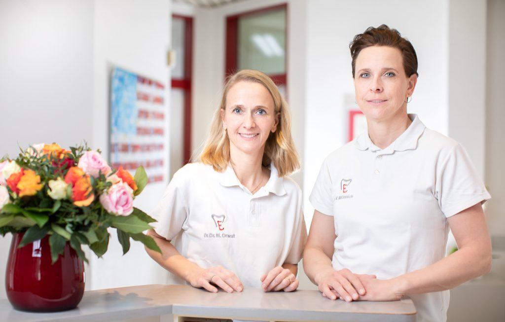Dr. Verena Mönnich und Dr. Dr. Melanie Orwat am Praxisempfang