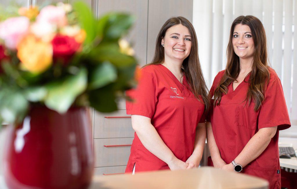 Vera Rasche und Daniele Klein in der Anmeldung der Recklinghausen Zahnarztpraxis